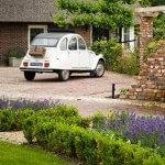 Auto staat op nieuwe bestrating tuin